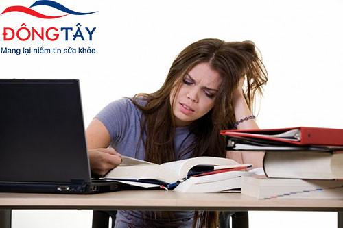 Không điều khiển được ngón tay, bàn tay khi viết dễ làm người bệnh bực bội, chán nản