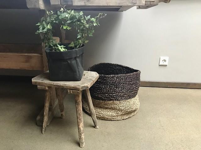 Plant in papieren zak op krukje