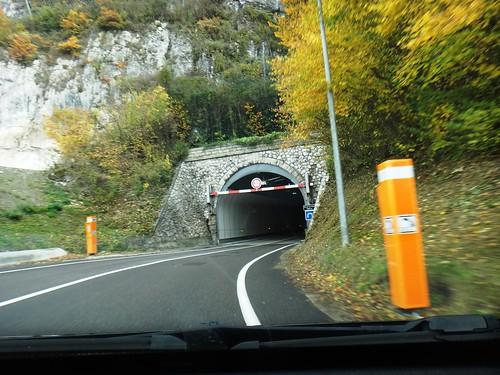 Тоннель на извилистой горной дороге