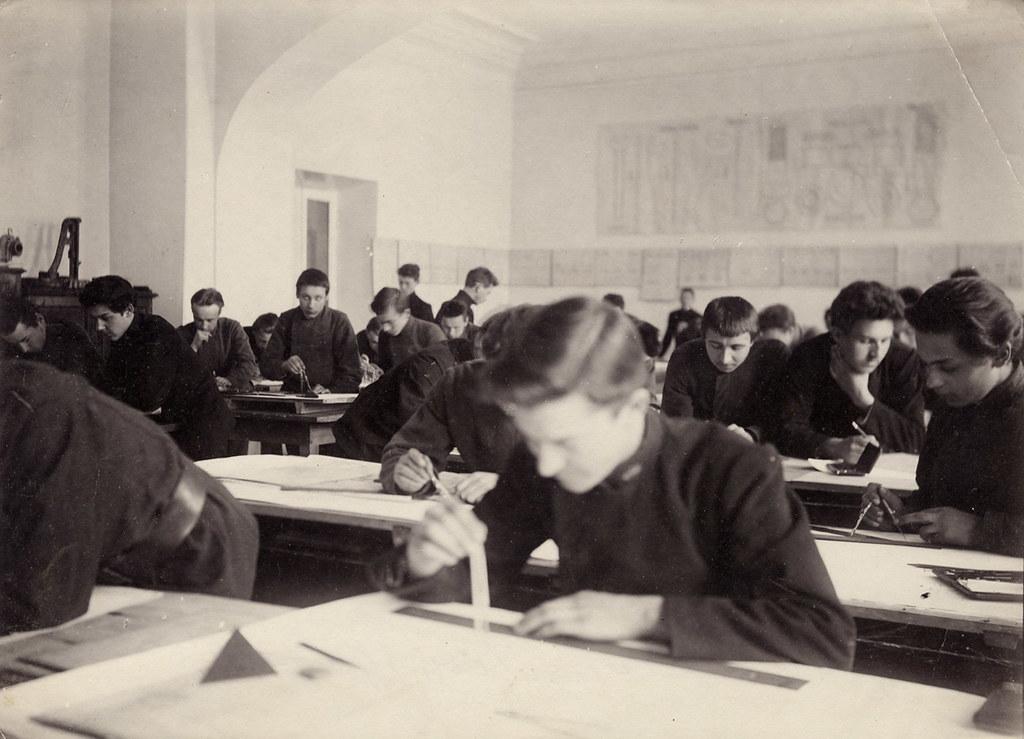 На уроке черчения в техническом училище. 1907-1908 гг.