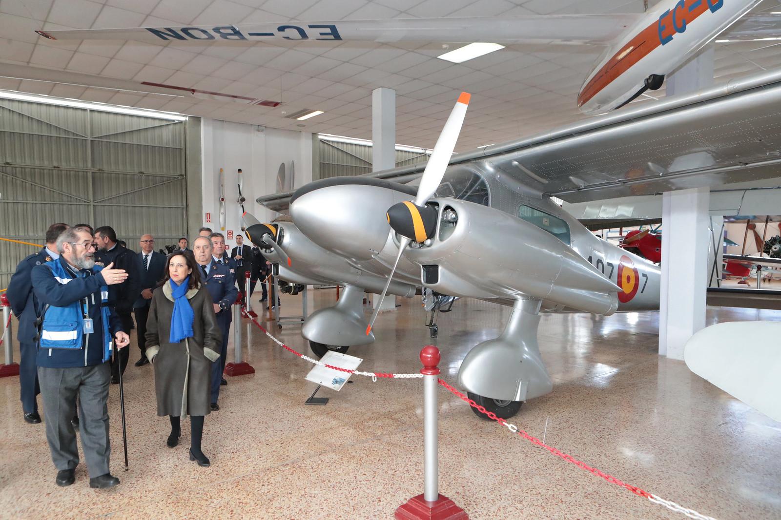 La ministra de Defensa en uno de los hangares del Museo del Aire