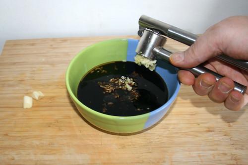 20 - Knoblauchzehen dazu pressen / Squeeze garlic gloves in sauce
