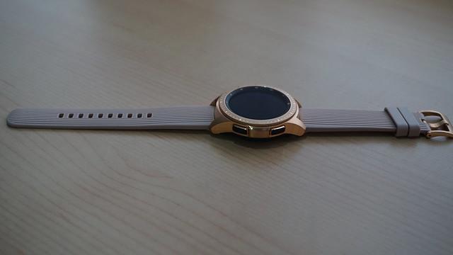 Strap Galaxy Watch terbuat dari bahan rubber (Liputan6.com/ Agustin Setyo W)