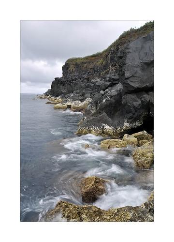 Côte rocheuse typique depuis un des rares points d'accès à la mer sur la côte escarpée