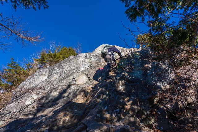 カミナリ岩を登る先行者