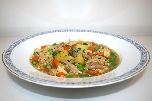 63 - Chicken Soup with noodles - Side view / Hühnersuppe mit Nudeln - Seitenansicht