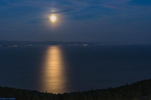 La luna sobre el mar (The moon over the sea)