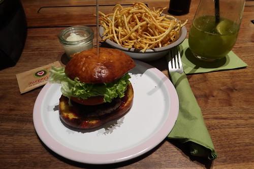 Burgerlich Burger und Burgerlich Allumettes mit Mayonnaise