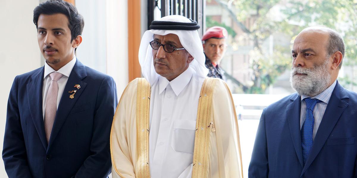Ofrenda Floral de la Embajada de Qatar por el 140 aniversario del ascenso del fundador del Estado de Qatar Abril Jassim Bin Mohamed Bin Thani