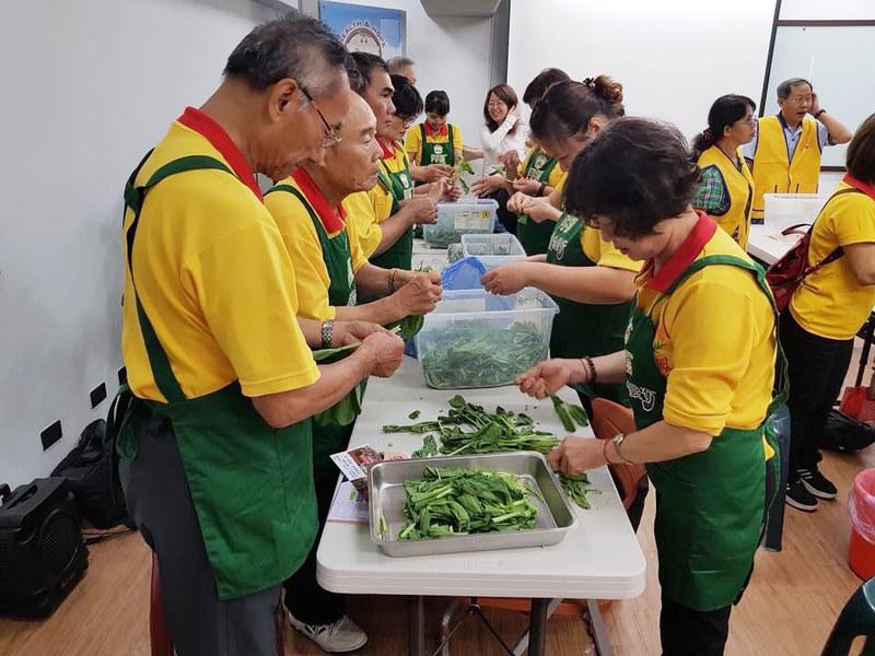 阿福食物銀行舉辦食物教育課程,除讓民眾了解食物來源,也加入親手料理的體驗。(圖片提供/高雄市慈善團體聯合總會)