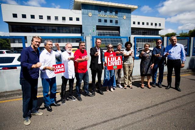 Parlamentares petistas participaram de manifestação em frente à PF para defender a liberdade do ex-presidente - Créditos: Joka Madruga / PT Nacional