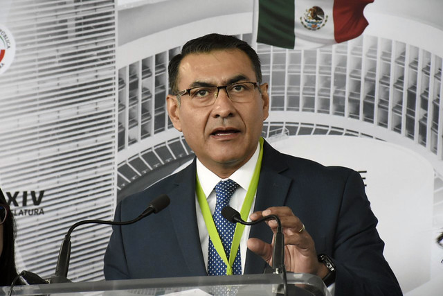 Salvador Zamora Entrega Demanda en Casa de Transición del Presidente Electo Adrés Manuel López Obrador