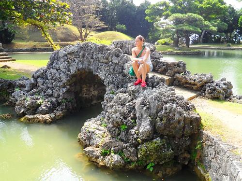 Jessica auf der Natursteinberücke im Park von Naha auf der Insel Okinawa