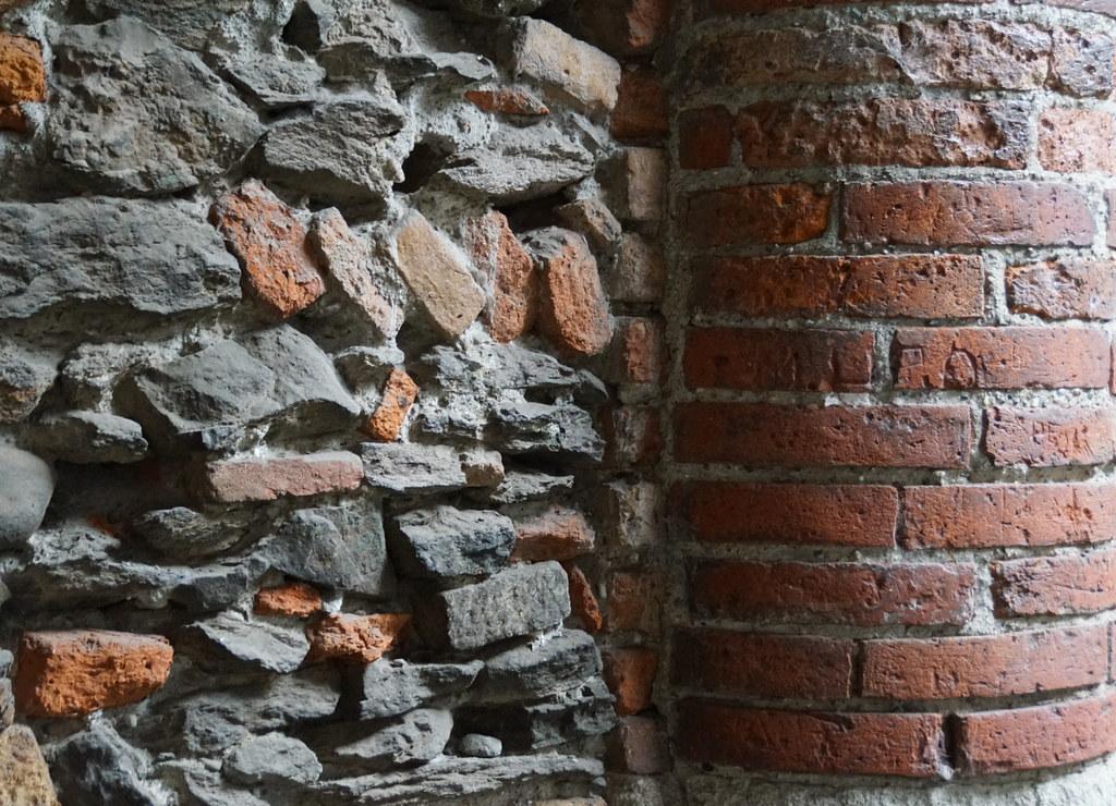 Des pierres et des briques médiévaux