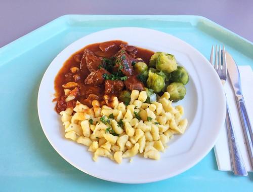 Wild boar stew with brussels sprouts & spaetzle / Wildschweingulasch mit Rosenkohl & Spätzle