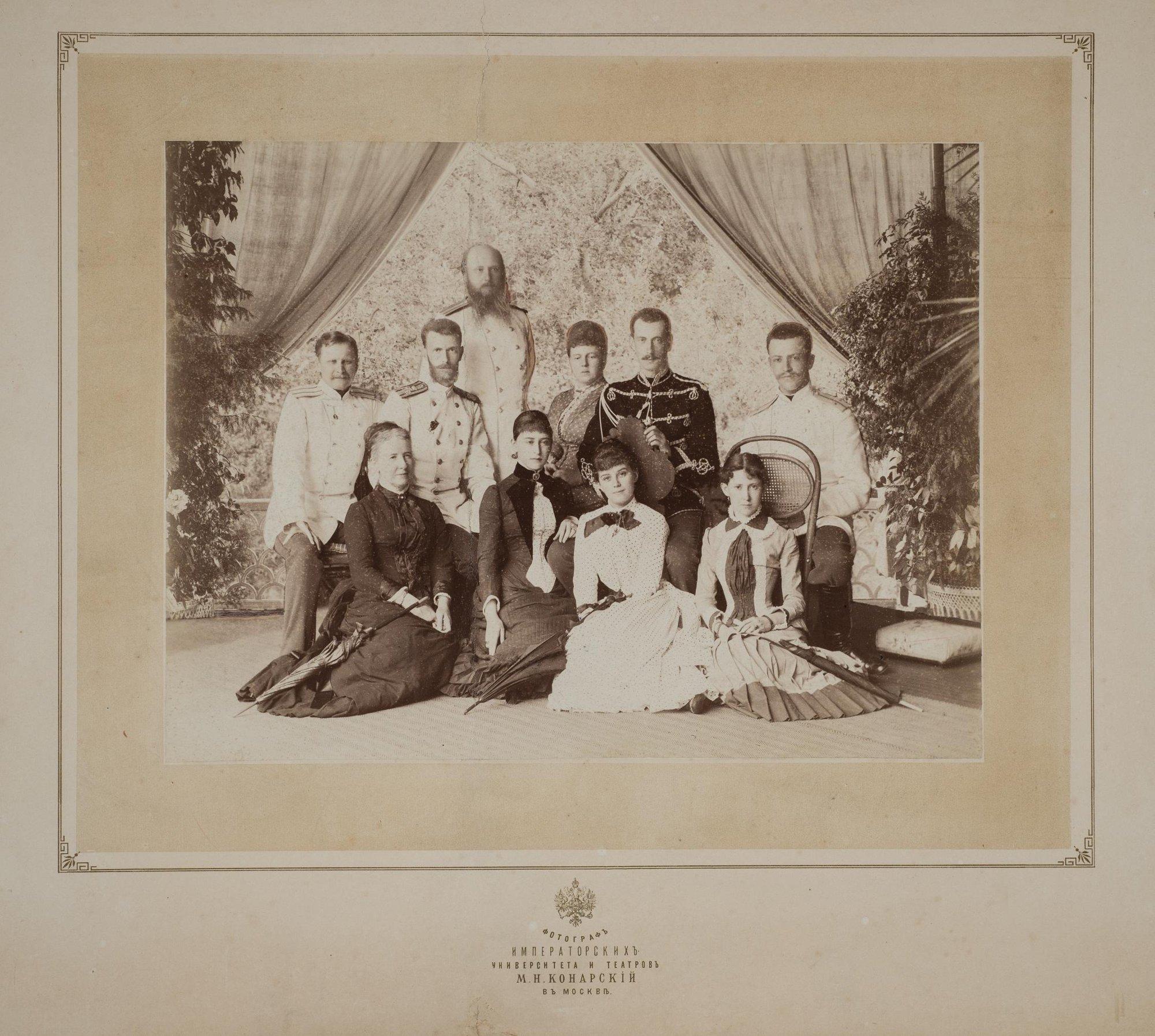 1884. Великий князь Сергей Александрович и великая княгиня Елизавета Фёдоровна с приближёнными на балконе в Ильинском