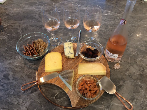 Cote des roses rosé with Mahon, Bay Blue, Kaasaggio and Manchego