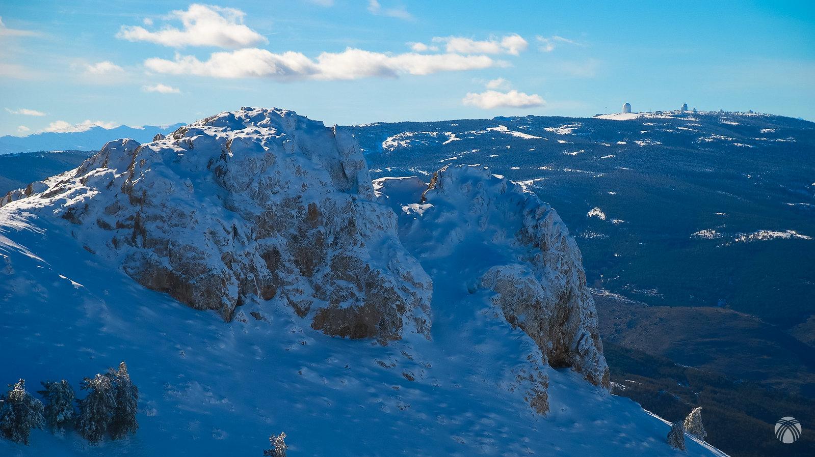 Calar Alto al fondo y en primer plano unas peñas características en la ruta normal a la cumbre de la Tetica
