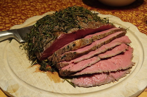 Roastbeef in Thymian-Rosmarin-Mantel (angeschnitten)