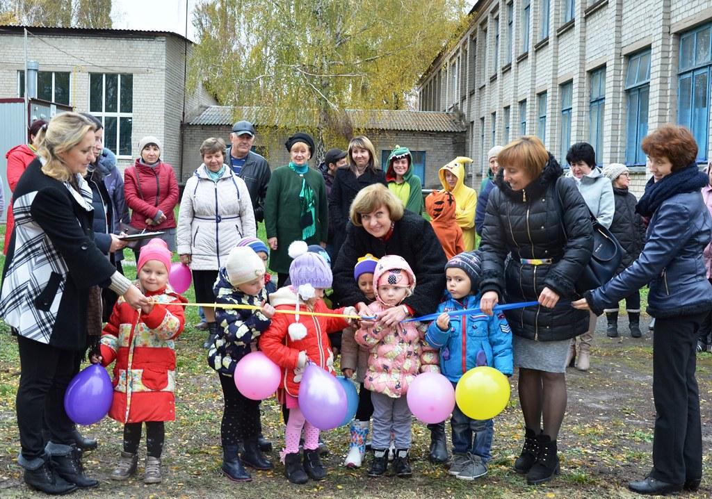 Торжественный момент - открытие детской площадки в Петровской школе