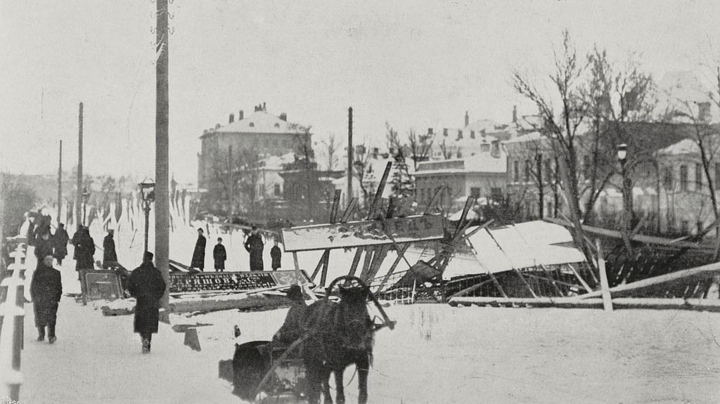 Баррикада на Садовой улице во время восстания в Москве, 22-23 декабря 1905 года
