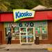 A Man Waits at Kiosko por David J. Greer