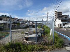 線路は剥がされ資材置場になっているが、片隅には距離標が残る(2016年現在)