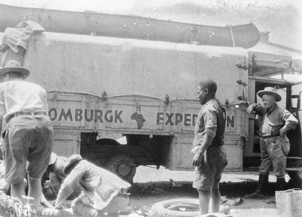 Солсбери. Мужчины меняют шины грузовика
