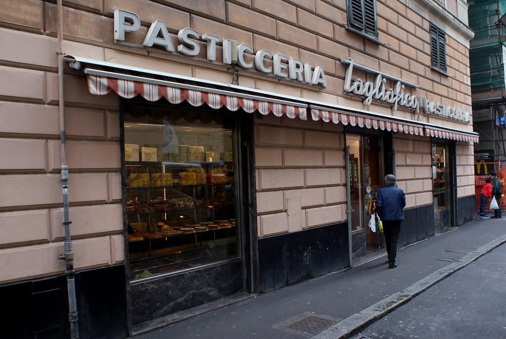 A l'entrée du Café Patisserie Tagliafico dans le quartier de San Vincenzo à Gènes.