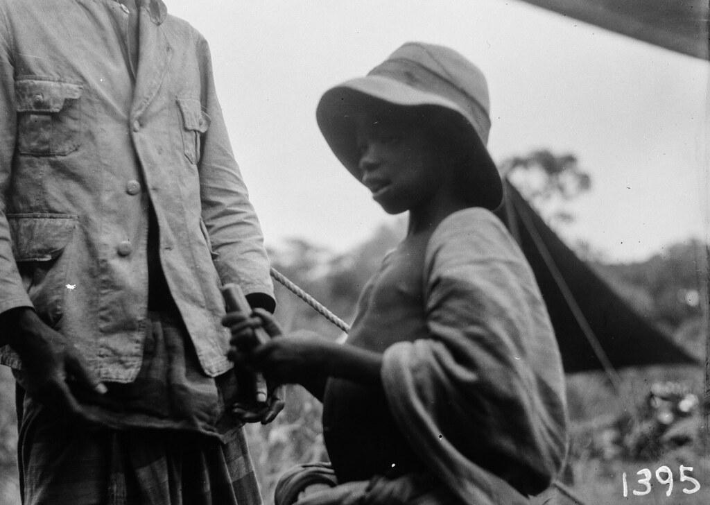 1395. Музец.  Мальчик в шляпе держит сосиску в руке