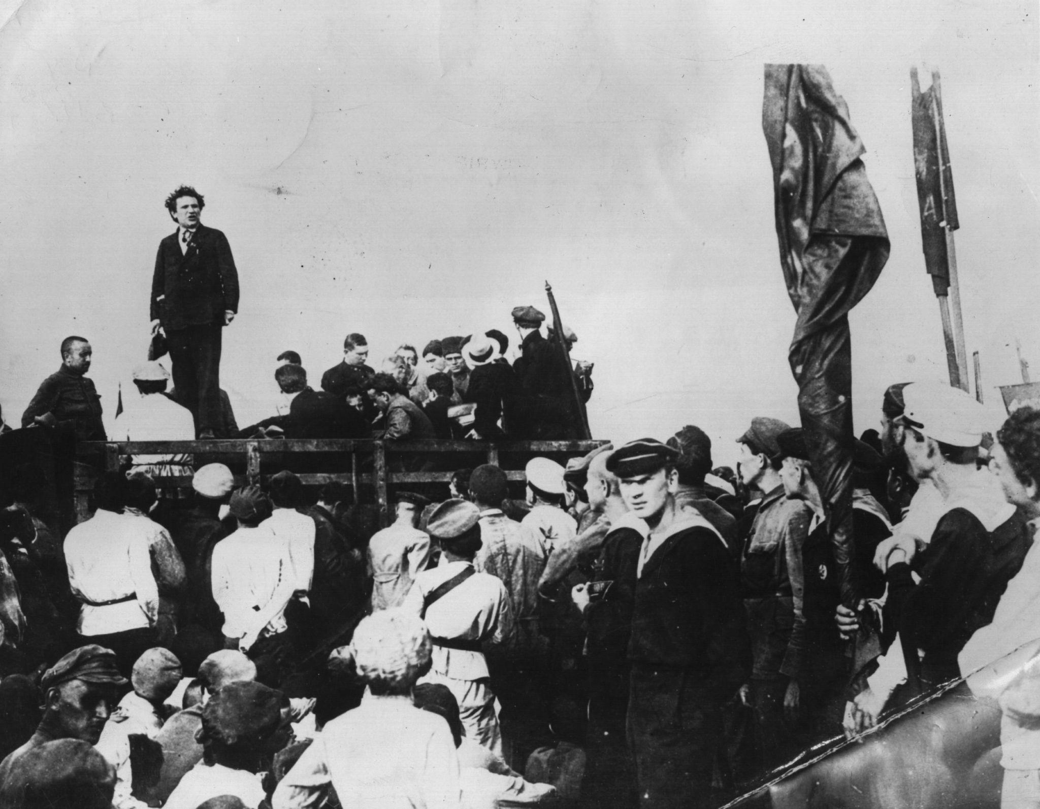 Григорий Евсеевич Зиновьев выступает перед рабочими на бакинских нефтяных месторождениях в качестве представителя Третьего Интернационала