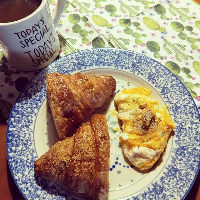 20181123 ✓八月堂焦糖海鹽 ✓八月堂黑糖 ✓麻油炒蛋 ✓黑糖薑茶 #主婦的早餐 #八月堂殿堂級可頌 #台灣杜尼