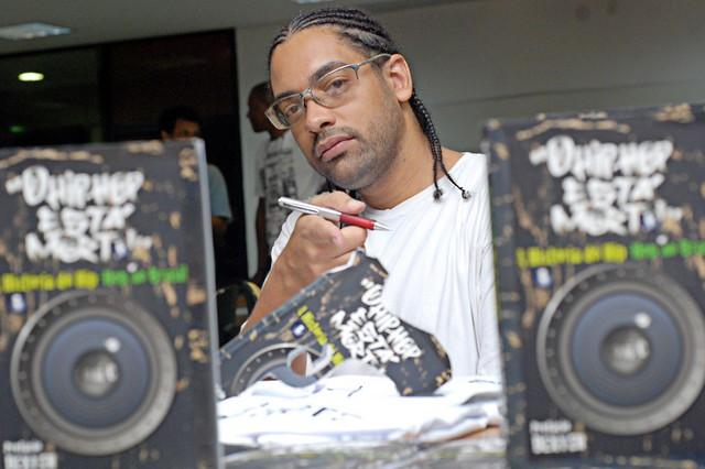 """Um dos livros escritos por Toni C é """"O hip-hop está morto!: a história do hip-hop no Brasil"""" - Créditos: Divulgação"""