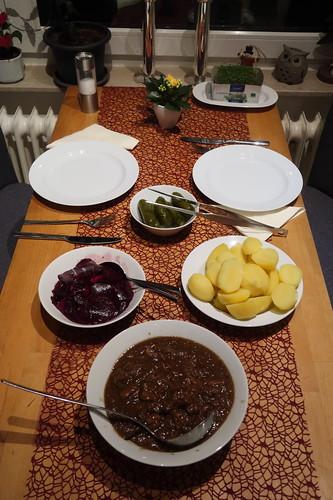 Westfälischer Pfefferpotthast mit Salzkartoffeln, Rote Bete Salat und Gewürzgurken (2. Tag)