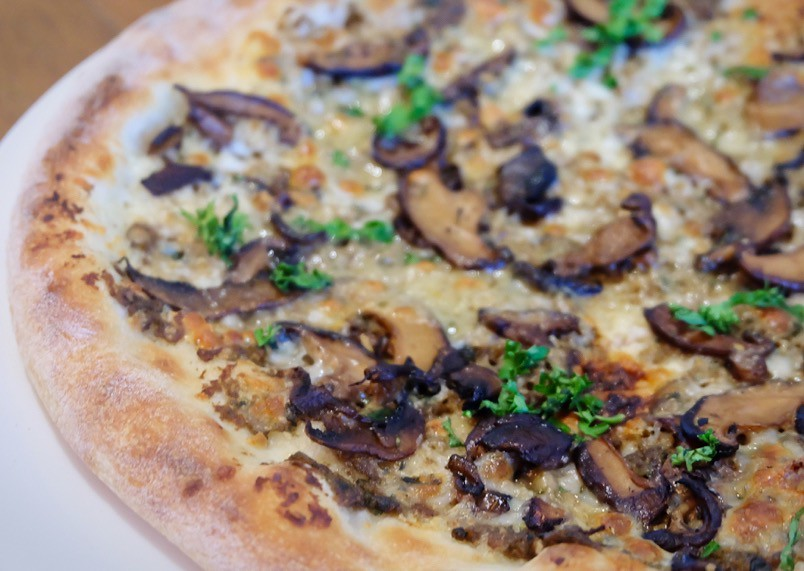 Fine The Hungry Kat California Pizza Kitchen Celebrates 20Th Home Interior And Landscaping Ymoonbapapsignezvosmurscom