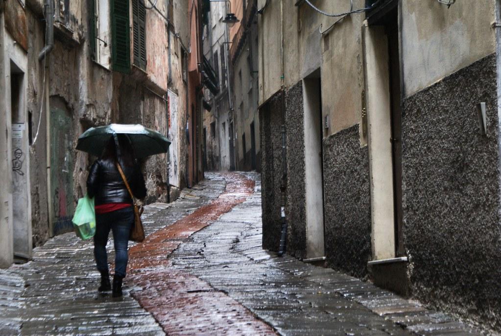 Ruelle du Molo, le quartier médiéval de Gènes sous la pluie.