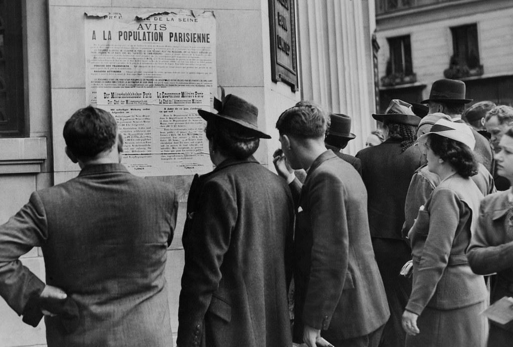 1940. Парижане читают объявление новой администрации. 9 июля