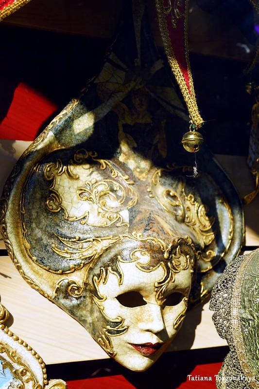 Карнавальная маска в сувенирном магазине Котора
