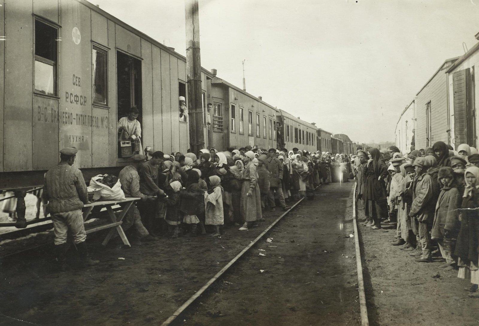 Врачебно-питательный поезд № 3. Раздача пищи детям на дом. Самарская губерния