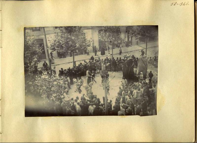 Un fiesta en lugar desconocido. Álbum con fotografías hacia 1890. Fototeca del Museo del Ejército, signatura MUE 120476