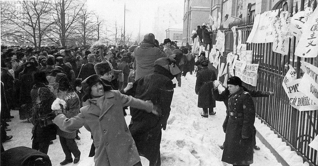 1965. Китайские и вьетнамские студенты протестуют против бомбардировок Вьетнама
