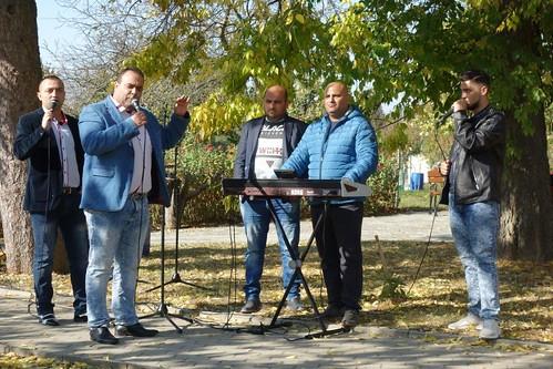 23 Naša miestna cigánska kapela hrala perfektne...