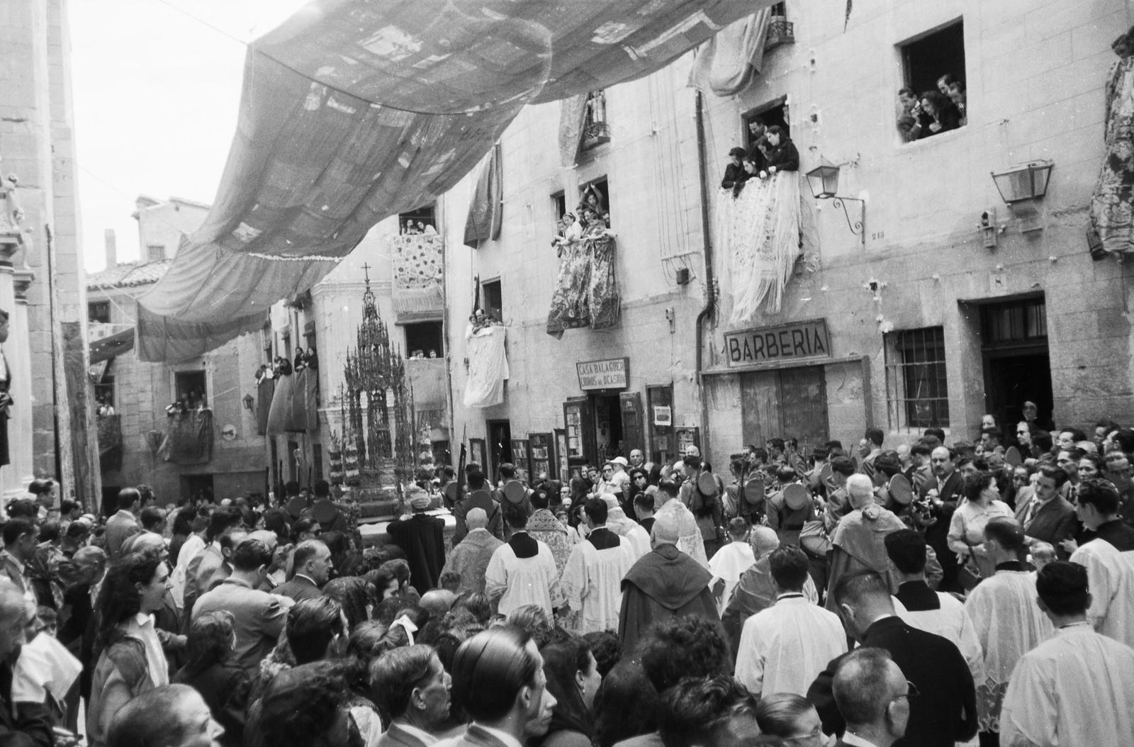 Procesión del Corpus Christi en Toledo en 1955 a su paso por la calle Cardenal Cisneros © ETH-Bibliothek Zurich