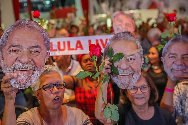 Supporters hold up masks of former president Lula during rally that called for his release from prison - Créditos: Ricardo Stuckert