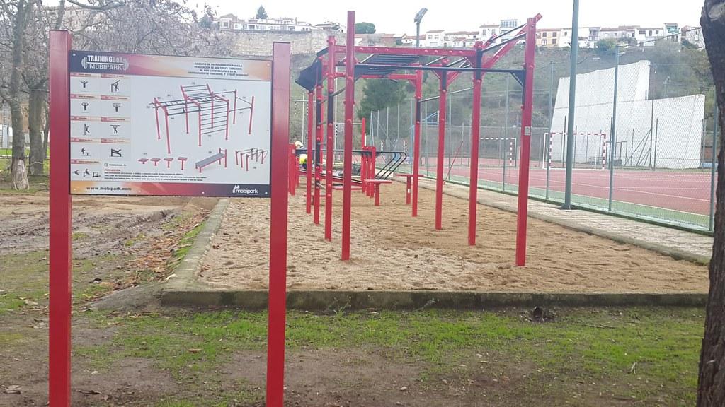 """El Ayuntamiento instala un circuito deportivo """"Street Workout"""" en el polideportivo """"La Isla"""""""