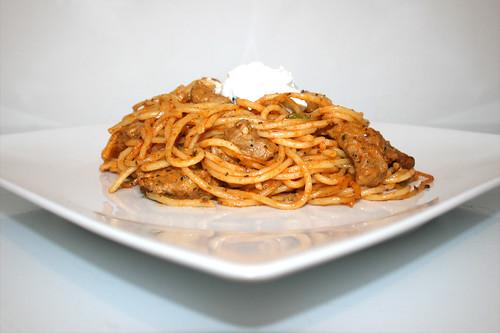 16 - Gyros spaghetti casserole with peas - Side view / Gyros Spaghetti Auflauf mit Erbsen - Seitenansicht