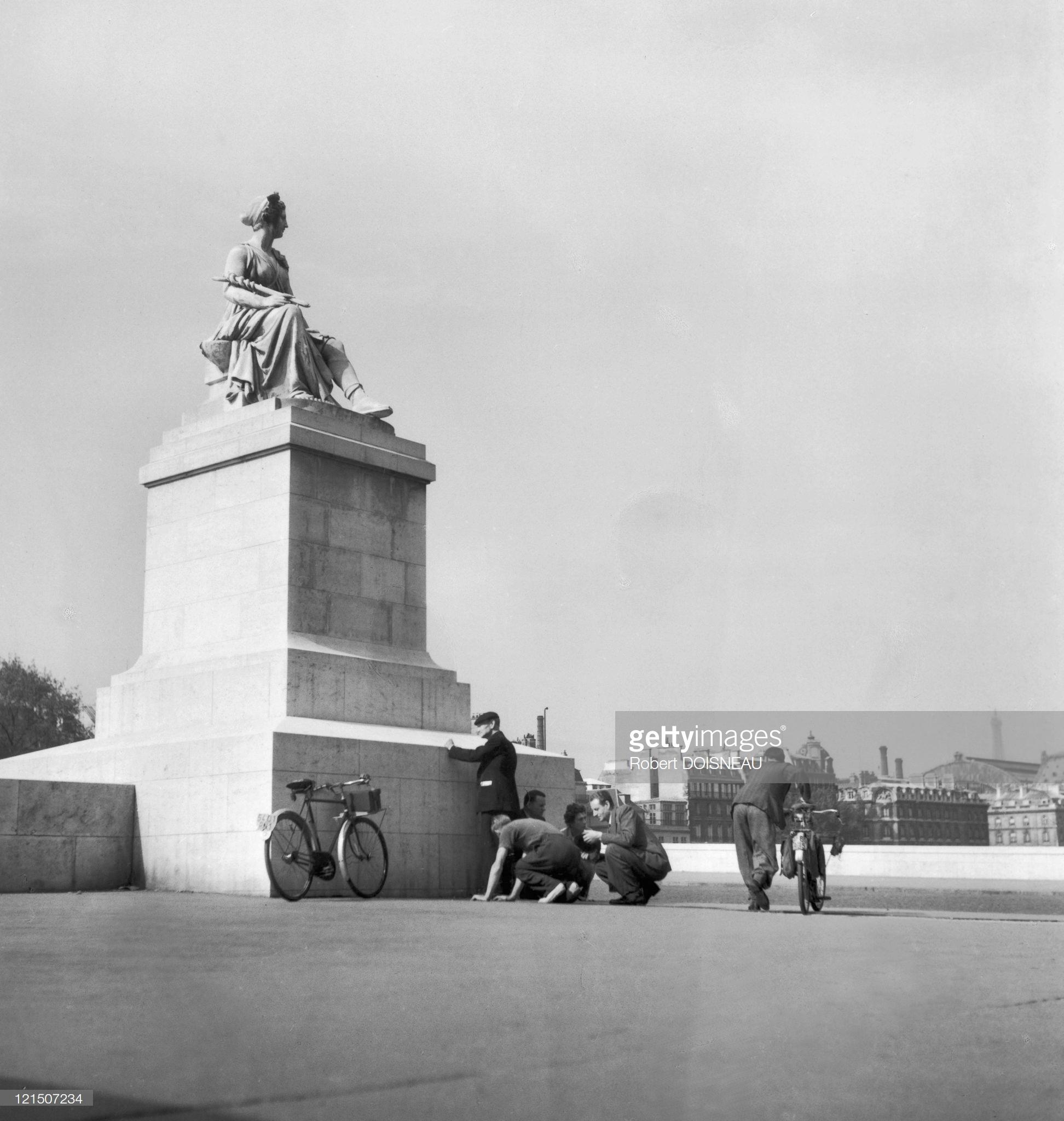 1944. Укрытие от снайперов, Королевский мост