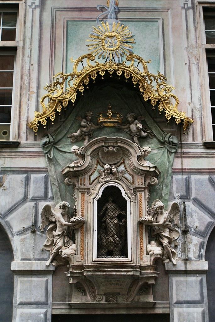 Superbe statue baroque à Gènes avec la Vierge et des anges de ci de là.