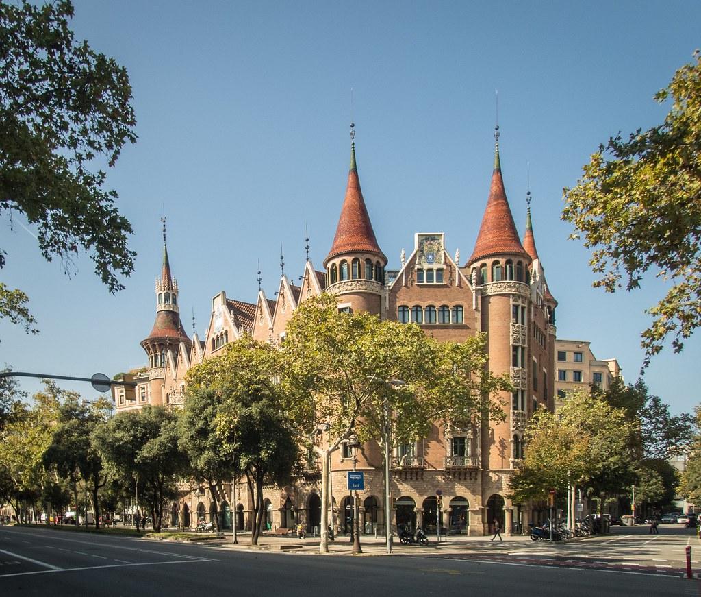Contrastes de l'architecture barcelonnaise... 45693809111_18b2f1da53_b