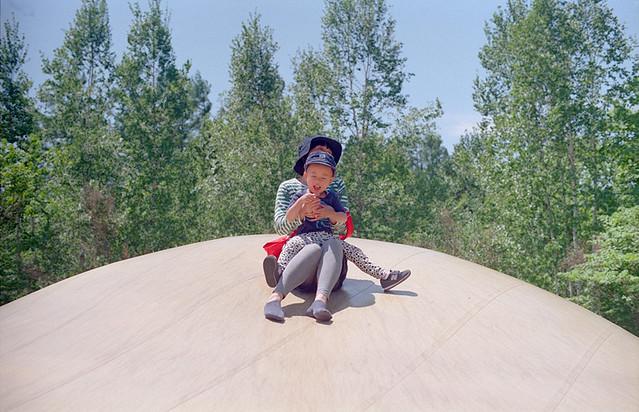 ふわふわドームで遊ぶ子。(3のうち2)